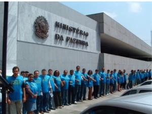 Filiados da Delegacia Sindical de Belém do SINDIRECEITA em abraço simbólico ao prédio do Ministério da Fazenda.